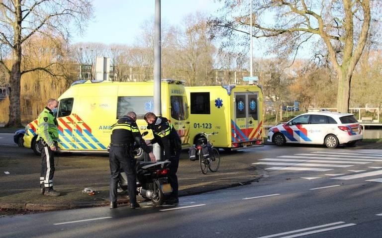 Fietser naar ziekenhuis na botsing met motorrrijder.