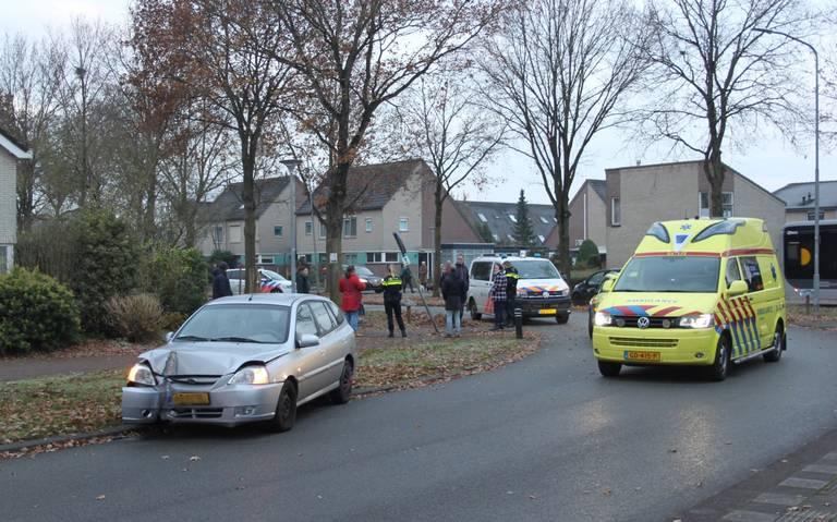 Automobilist gewond door botsing op lantaarnpaal in Assen.