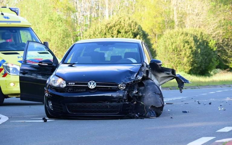 N987/ Oudeweg bij Siddeburen afgesloten na botsing auto op kruising.