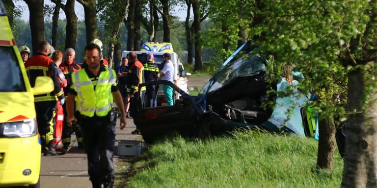 Vrouw komt om het leven bij ongeluk op N322 bij Beneden-Leeuwen: weg nog uren dicht.