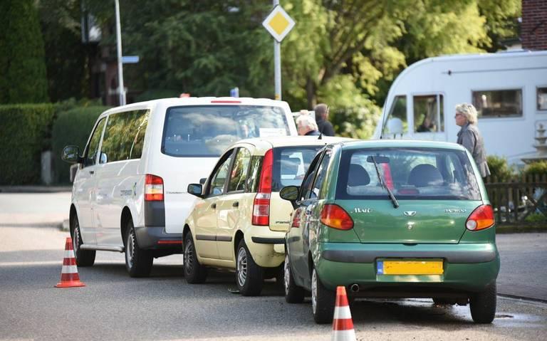 Kop-staartbotsing op Ommelanderwijk in Veendam. Jeugdige inzittenden taxibusje ongedeerd.