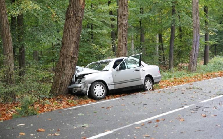 Automobilist raakt gewond bij botsing op boom in Emmen.