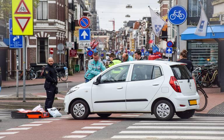Fietser gewond bij aanrijding met auto op hoek Nieuwe Ebbingestraat - Boteringesingel in Groningen.