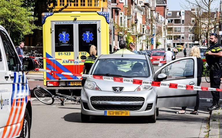 Fietser gewond bij aanrijding met auto op Parkweg in Groningen.