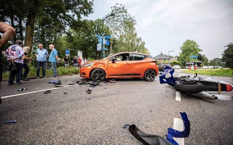 Botsing tussen auto en motor in Oldekerk.