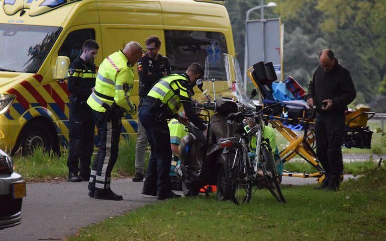 Fietser en scooterrijder gewond na frontale botsing bij Paterswolde.