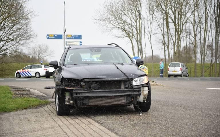 Autos flink in de kreukels na botsing op N367 in Winschoten.