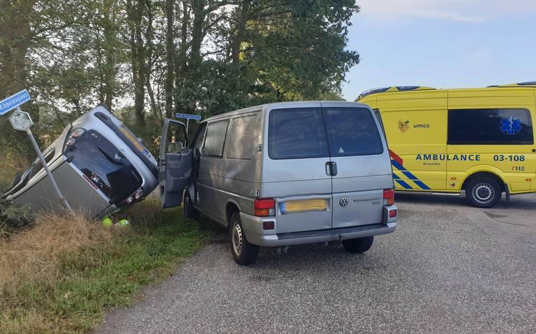 Auto slaat over de kop bij Peize na botsing met bestelbus.
