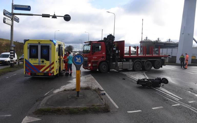 Scooterrijder ernstig gewond bij aanrijding met bestelbus bij Duinkerkenbrug in Groningen.