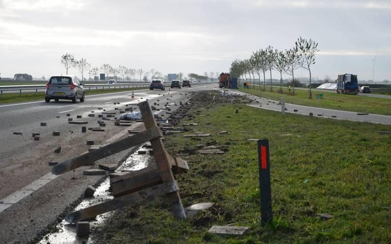 N33 bij Wildervank bezaaid met puin door gekantelde aanhanger van vrachtwagen.