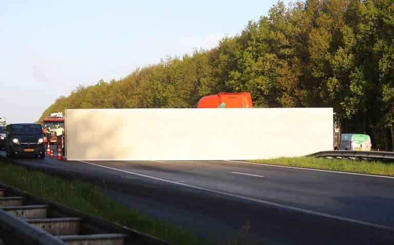 Ongeluk met vrachtwagen en auto bij Drachten. Weg dicht, file op A7 van en naar Groningen.