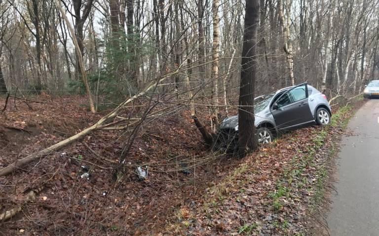 Bestuurder raakt gewond bij auto-ongeluk in Pesse.