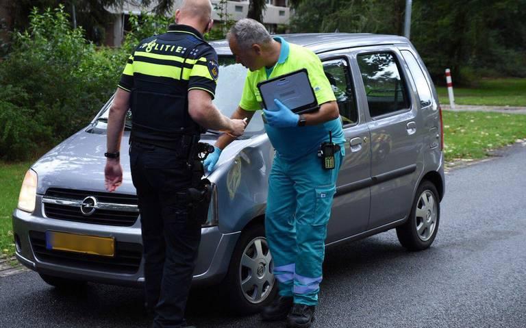 Jongen op skeelers aangereden door auto in Emmen.