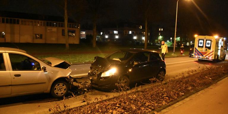 Twee gewonden bij frontale botsing in Groningen.