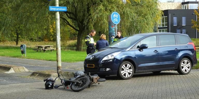 Snorfietser gewond bij aanrijding Assen.
