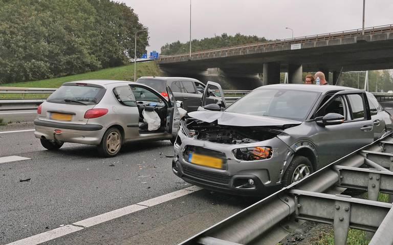 Kop-staartbotsing bij knooppunt Hoogeveen veroorzaakt file op A28 richting Groningen.