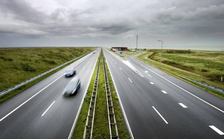 Afsluitdijk richting Noord-Holland dicht na ongeval met meerdere voertuigen.