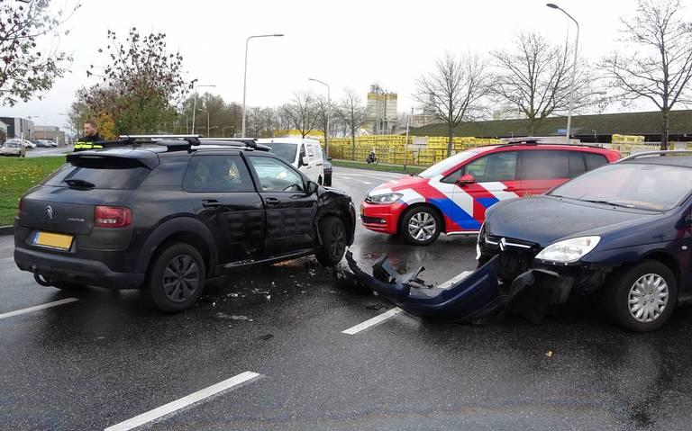 Bestuurder raakt gewond bij ongeval op kruising in Meppel.