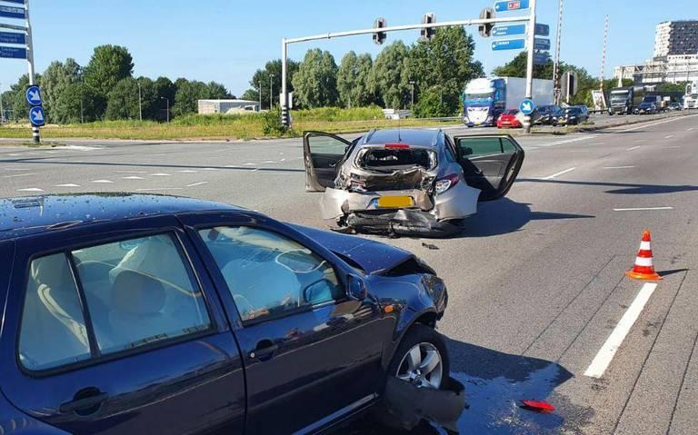 Kop-staartbotsing op Julianaplein leidt tot file op zuidelijke ringweg in Groningen.