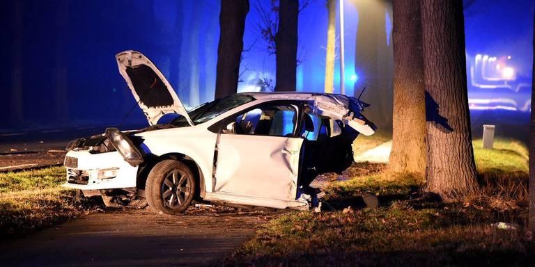 Auto doormidden bij botsing in Valthe, bestuurder ernstig gewond.
