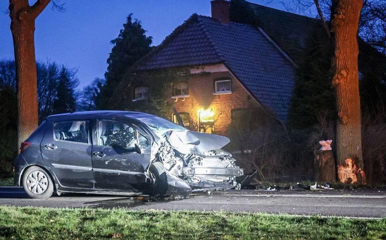 Automobilist gewond na botsing tegen boom in Lunteren.