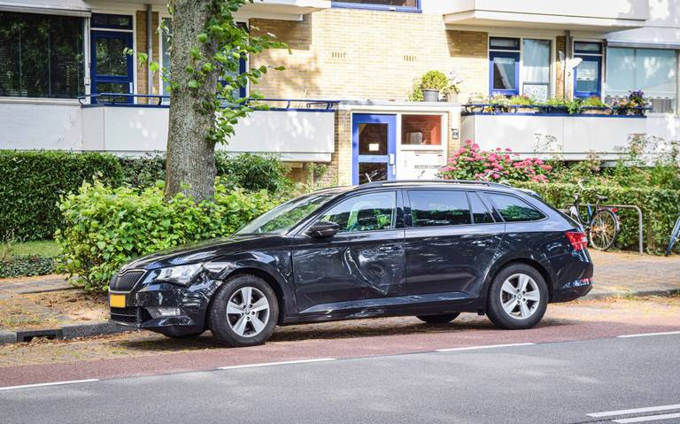 Scooterrijder raakt lichtgewond na botsing met personenauto op Vondellaan Groningen.