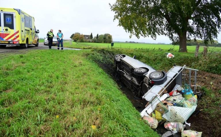 Auto met aanhanger belandt na aanrijding in sloot in Woldendorp. Bestuurder naar ziekenhuis.