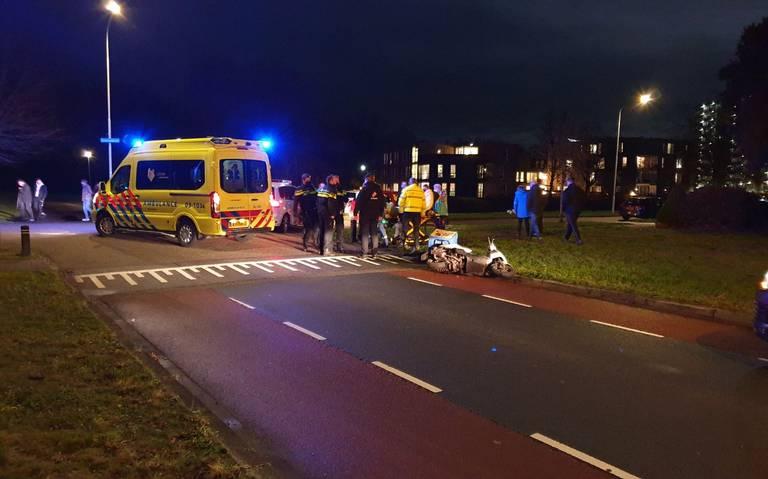 Pizzabezorger raakt gewond bij aanrijding met auto in Assen.
