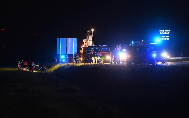 Ongeluk op A7: auto van de snelweg, bestuurder zwaar gewond.