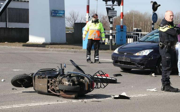 Ongeval tussen auto en scooter op kruising bij Duinkerkenbrug.
