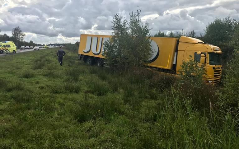 File op A28 bij afrit Dwingeloo door ongeluk met Jumbo vrachtwagen.