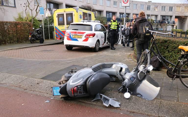 Scooterrijder lichtgewond bij aanrijding met auto op Wilhelminakade in Groningen.