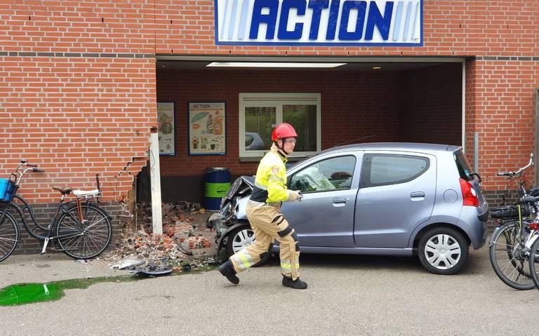 Bizar ongeluk: auto ramt pui van Action in Appingedam, andere auto op de kant op parkeerplaats.