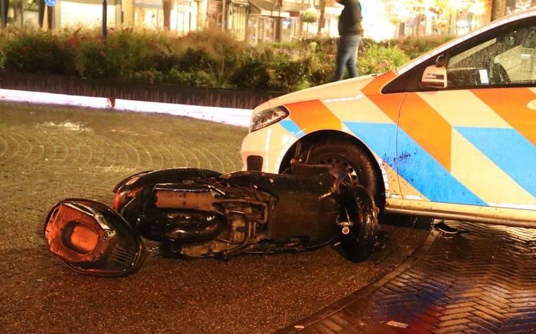 Snorscooterrijder raakt gewond bij botsing met politieauto in Hoogeveen.