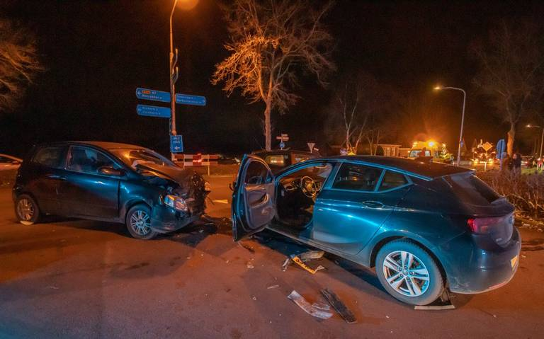 Frontale botsing in Sebaldeburen, betrokken autos raken derde auto.
