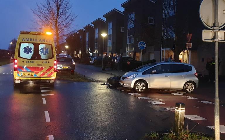 Scooterrijder raakt gewond door botsing met auto in Assen.