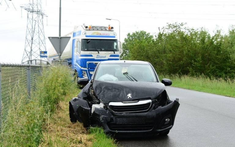 Automobilist gewond bij aanrijding met vrachtwagen.
