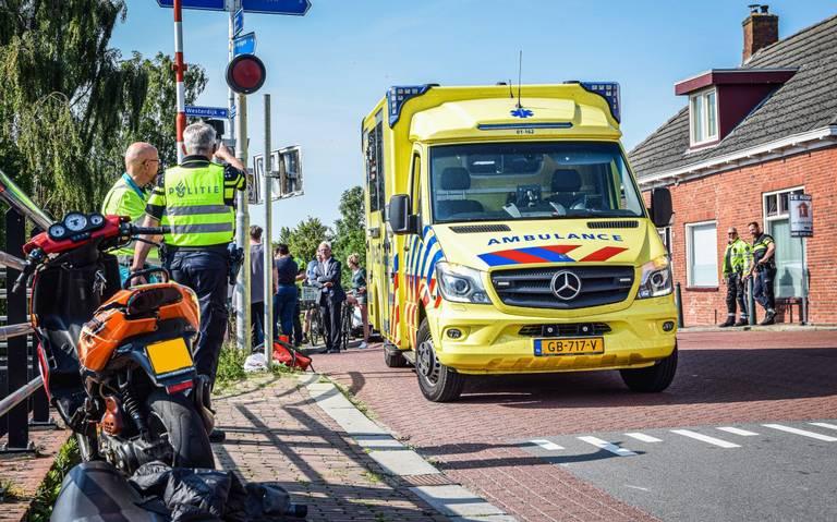 Scooterrijder gewond na aanrijding met bestelauto.