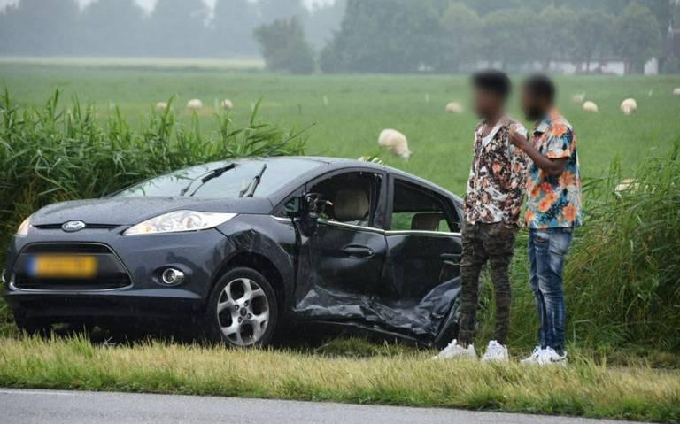 Auto en bedrijfsbusje in botsing op kruising in Grijpskerk.