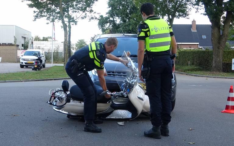Scooterrijder raakt gewond na aanrijding met auto.