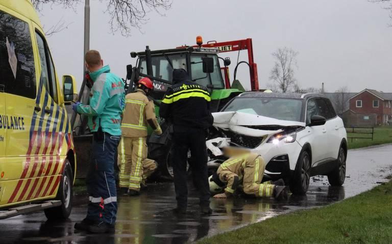 Een gewonde bij botsing tussen auto en tractor op de Bramenweg in Nijeveen.