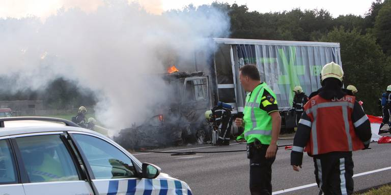 Ongeval op A7 bij Joure, vrachtwagen in brand.