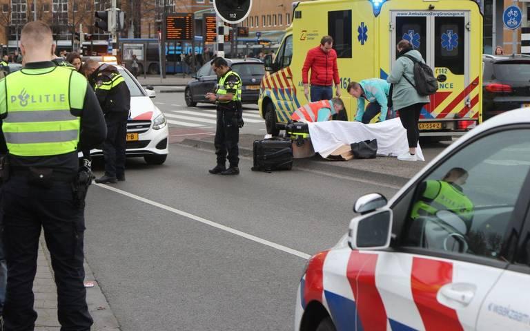 Voetganger aangereden door auto op Stationsweg in Groningen.