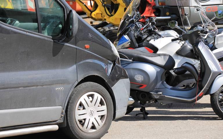 Vrouw gewond bij botsing met bedrijfsbus in Rolde.