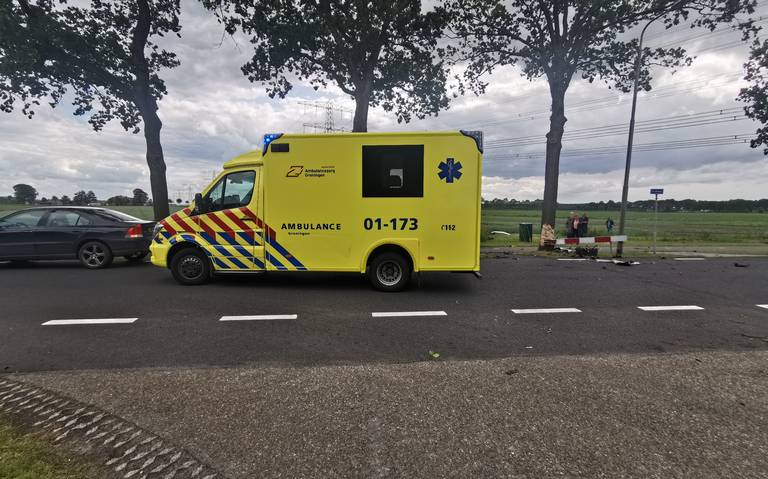 Automobilist gewond na ongeluk op de Stolderijweg bij Wagenborgen, traumahelikopter aanwezig.