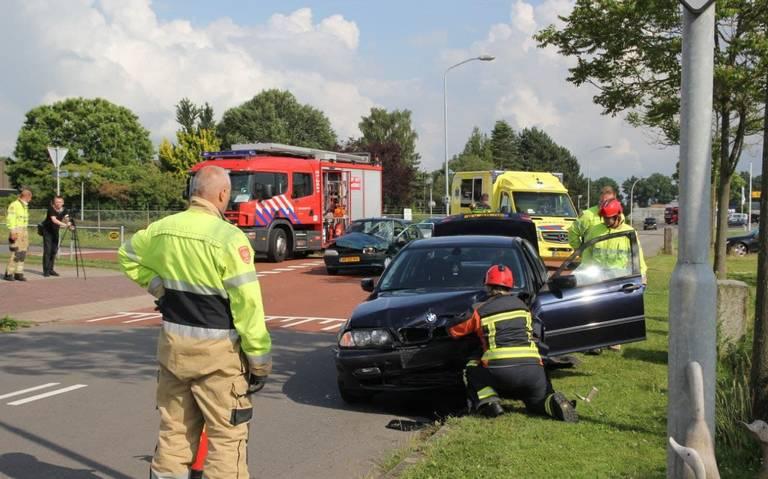 Autos raken zwaar beschadigd na botsing op kruising Steenhouwer in Stadskanaal.