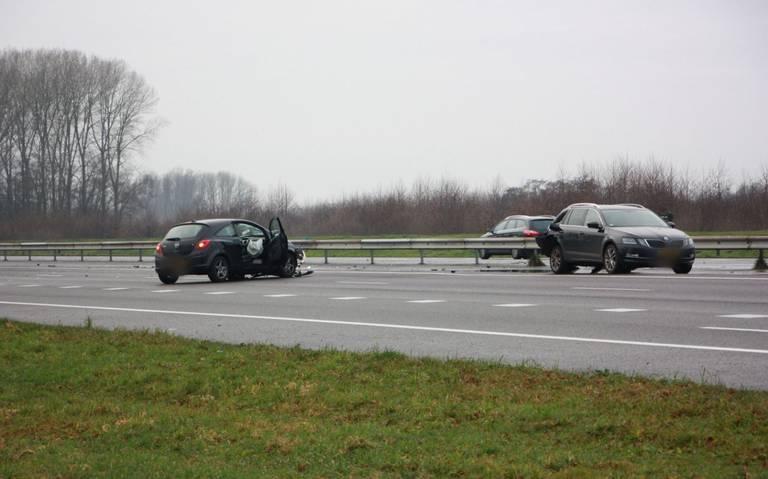 De A28 richting Hoogeveen is dicht na ongeluk bij Veeningen.