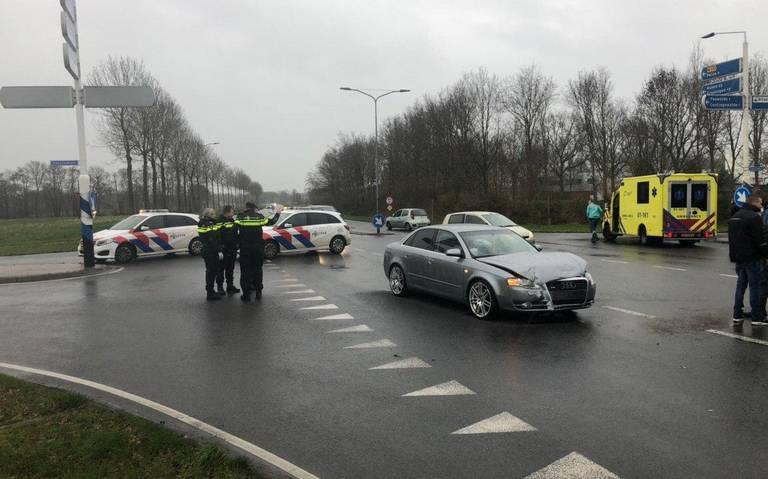 Botsing tussen auto en personenbusje in Roden.
