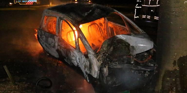 Auto in brand na ongeluk Oude Molen.
