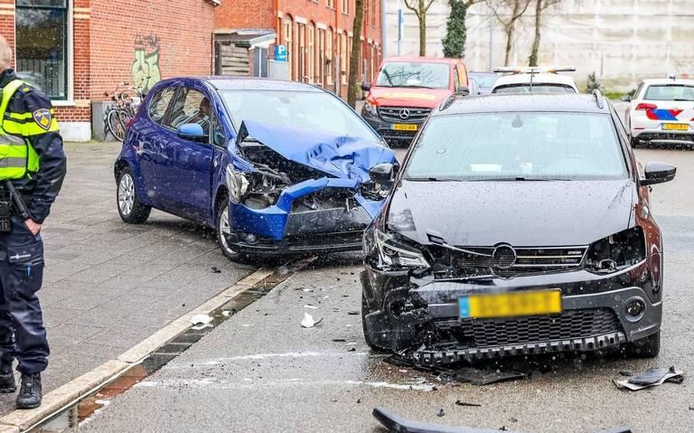Auto-ongeluk op kruising Meeuwerderweg in Groningen.